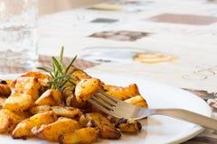 Braadstukaardappels (Ingrediënten: zout, rozemarijn, salie, olie, boter, kruiden) Royalty-vrije Stock Foto's