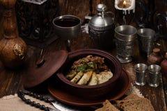 Braadstukaardappels met vlees in pot royalty-vrije stock foto