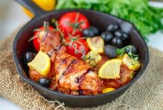 Braadstukkip met citroen, olijven, tomaten en thyme diner stock foto's