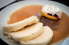 Braadstuklendestuk in zure saus met bollen, traditioneel Tsjechisch voedsel stock afbeeldingen