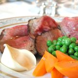 Braadstukrundvlees, erwten, wortel en aardappels Stock Foto's