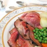 Braadstukrundvlees, erwten, wortel en aardappels Stock Foto