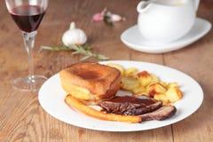 Braadstukrundvlees met de pudding van Yorkshire Royalty-vrije Stock Fotografie