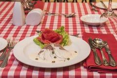 Braadstukrundvlees in witte saus à la carte maaltijd royalty-vrije stock afbeelding