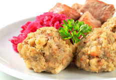 Braadstukvarkensvlees met Tiroolse bollen en rode kraut Royalty-vrije Stock Fotografie