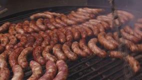 Braadstukworsten die op de grill worden gebraden die in openlucht koken stock footage