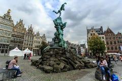 Brabo喷泉和坐的游人格罗特的Markt在安特卫普,比利时 免版税库存照片
