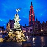 Brabo springbrunn och domkyrka av vår dam i Antwerp Arkivbild