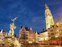 Brabo staty och domkyrka i Antwerp på natten royaltyfria bilder