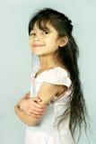 Braccia fiere della bambina attraversate Fotografia Stock