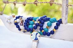 Braccialetti blu della pietra preziosa dell'agata - gioielli greci con il malocchio fotografie stock