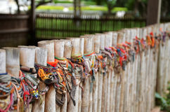 Braccialetti colorati dei campi di uccisione di Choeung Ek in Phnom P Fotografia Stock Libera da Diritti