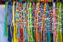 Braccialetti Colourful della perla Fuoco selettivo Fotografie Stock