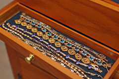 Braccialetti in contenitore di monili Fotografie Stock