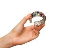 Braccialetti dei gioielli sulla mano della donna Fotografia Stock