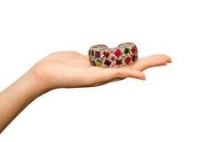 Braccialetti dei gioielli sulla mano della donna Immagini Stock Libere da Diritti