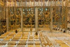 Braccialetti dorati in gioielli fotografie stock libere da diritti