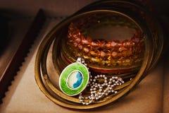Braccialetti e pendente sulla catena d'argento Immagine Stock Libera da Diritti