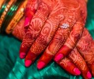 Braccialetti indiani di indù di tradizione di matrimonio fotografie stock libere da diritti