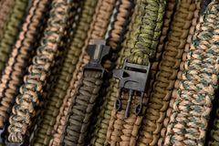 Braccialetti intrecciati della corda su un fermaglio Immagine Stock
