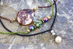 Braccialetti minuscoli della perla naturale della pietra tre fotografia stock