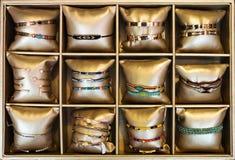 Braccialetti nel deposito del bijouterie Fotografie Stock
