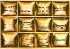 Braccialetti nel deposito del bijouterie Immagine Stock