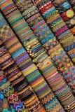 Braccialetti peruviani fatti a mano nel mercato, Cuzco, Perù, Sudamerica Immagini Stock