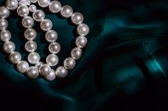 Braccialetto bianco della perla su velluto verde scuro Immagine Stock Libera da Diritti