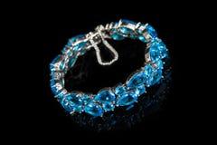 Braccialetto con le pietre blu isolate sul nero, primo piano Fotografie Stock