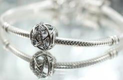 Braccialetto d'argento rotondo dei gioielli Immagini Stock Libere da Diritti