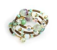 Braccialetto dei gioielli con le pietre variopinte su fondo bianco Fotografie Stock