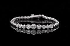 Braccialetto del diamante dei gioielli su un fondo nero fotografia stock libera da diritti