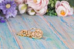 Braccialetto dell'oro con cuore su legno immagine stock libera da diritti