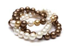 Braccialetto delle perle marroni, gialle e bianche. fotografia stock libera da diritti
