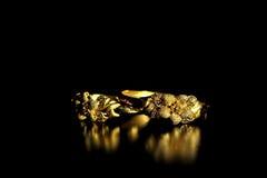 Braccialetto di cerimonia nuziale dell'oro del cinese tradizionale fotografia stock libera da diritti
