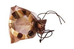 Braccialetto di legno in un sacchetto della maglia immagini stock libere da diritti