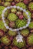 Braccialetto di yoga con le perle naturali fotografie stock libere da diritti