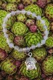 Braccialetto di yoga con le perle naturali fotografia stock libera da diritti