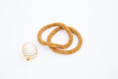 Braccialetto dorato con i diamanti su fondo bianco Immagini Stock Libere da Diritti