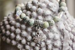 Braccialetto naturale di yoga della pietra del turchese con il pendente del loto fotografie stock