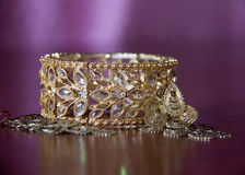 Braccialetto & orecchini dell'oro Fotografie Stock