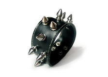 Braccialetto punk del goth del metallo su bianco Fotografia Stock