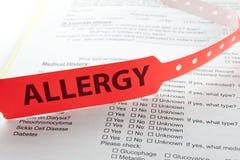 Braccialetto rosso di allergia Immagini Stock