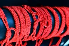 Braccialetto rosso intrecciato del filo sul polso di Israele a Gerusalemme, fondo simbolo, amuleto contro il malocchio immagine stock