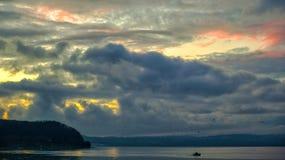Bracciano sjö på solnedgång arkivfoton