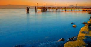 Bracciano sjö på solnedgången Arkivbilder