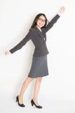 Braccio asiatico della donna di affari che afferra qualcosa Fotografie Stock Libere da Diritti
