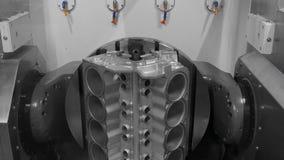 Braccio automatico del robot che funziona nell'ambiente industriale stock footage