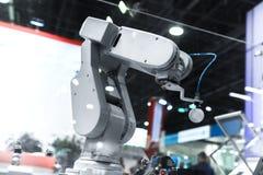 Braccio automatico del robot che funziona nell'ambiente industriale immagine stock